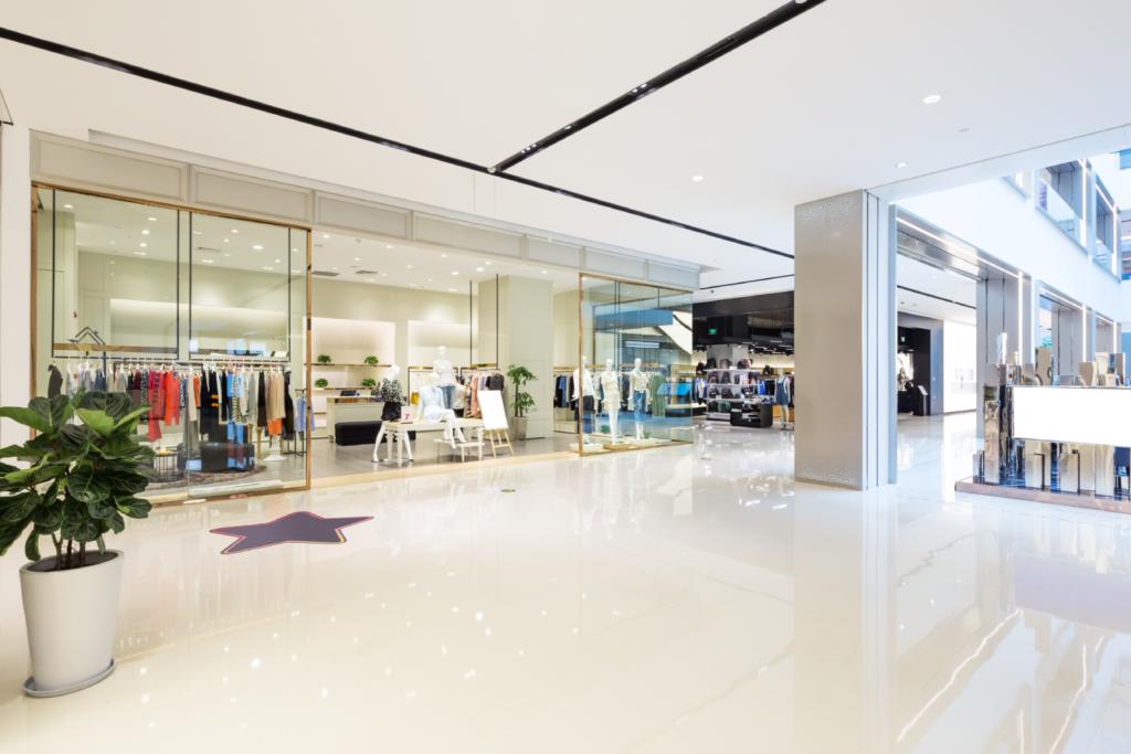 Plafond tendu ou flottant : lequel est adéquat pour un local commercial ?